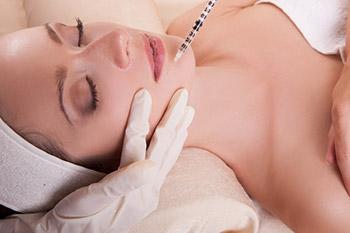 Behandlungsablauf der Faltenunterspritzung mit Hyaluronsäure: schmerzfrei und ohne Komplikationen